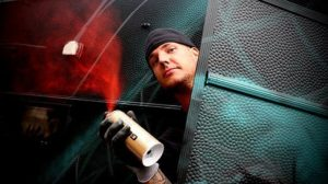 Graffitikonstnärer ställer till med målarfest för kycklingar