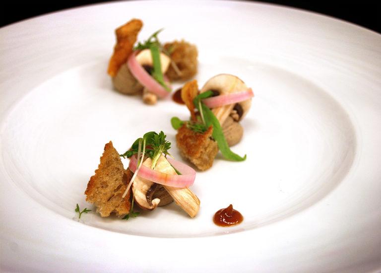 Kycklinglevermousse på Bjärekyckling med syltade champinjoner, äppelpuré och crumble på danskt rågbröd