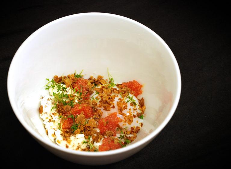 Read more about the article Pocherat ägg med stenbitsrom, rökt färskost, kycklingskinn och jordärtskocka