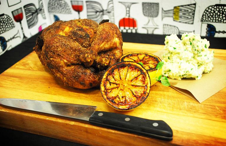 Hel grillad kyckling med chilirub och potatisstomp med Västerbottenost