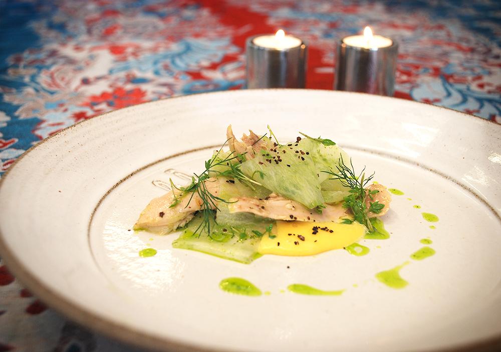 Confiterad kycklingklubba med picklad rättika och hollandaisesås