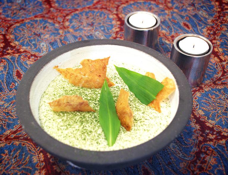Read more about the article Krispigt kycklingskinn med syrad potatiscrème och ramslökspulver