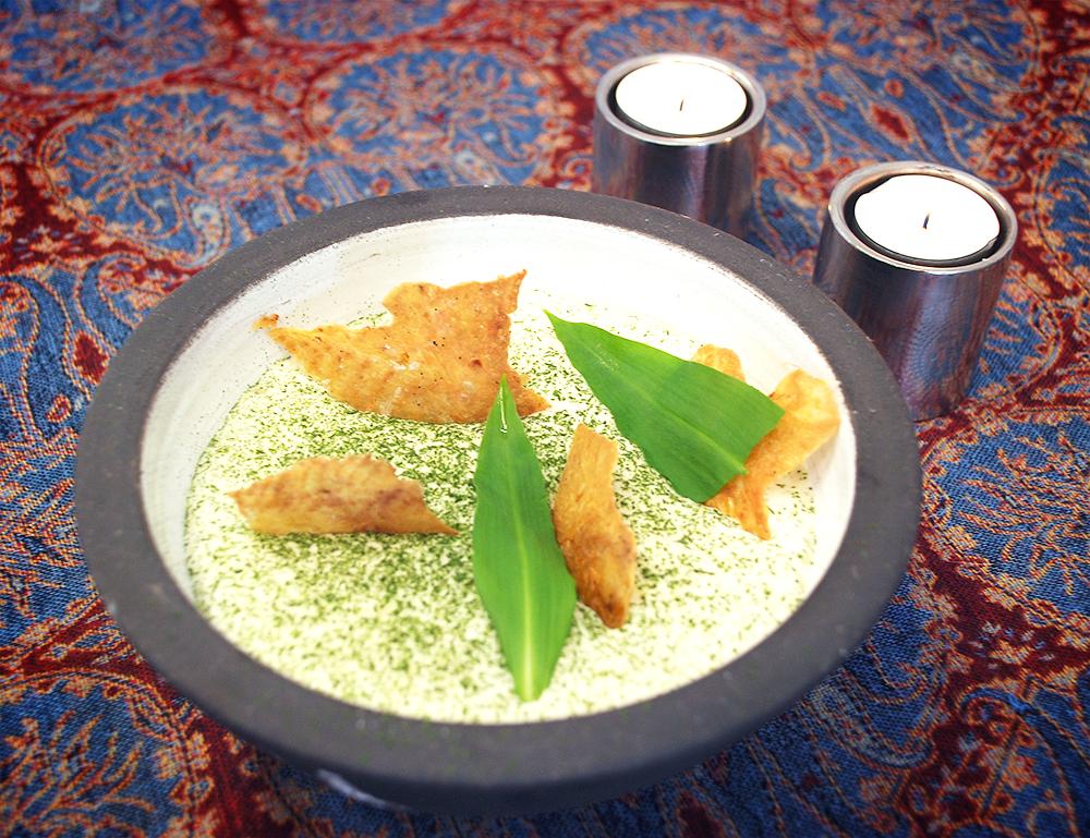 Krispigt Bjärekycklingskinn med syrad potatiscrème och ramslökspulver