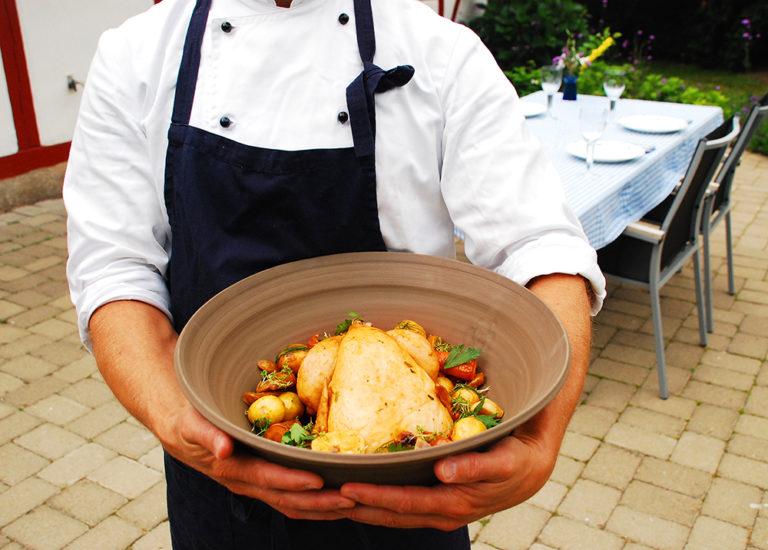 Read more about the article Hel kyckling i lergryta med primörer och örter