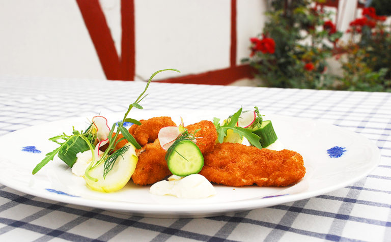 Friterat kycklingovanlår med blue cheese-dressing