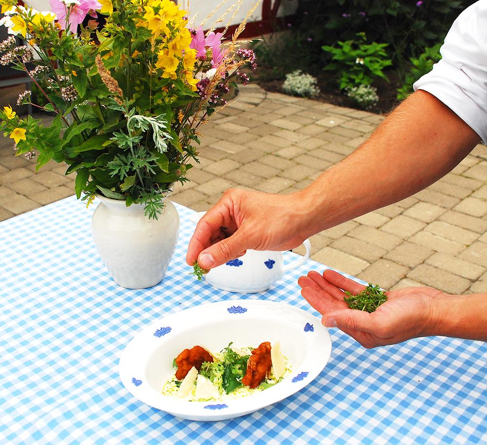 Friterad lårfilé av Bjärekyckling med picklad gurka och caesardressing
