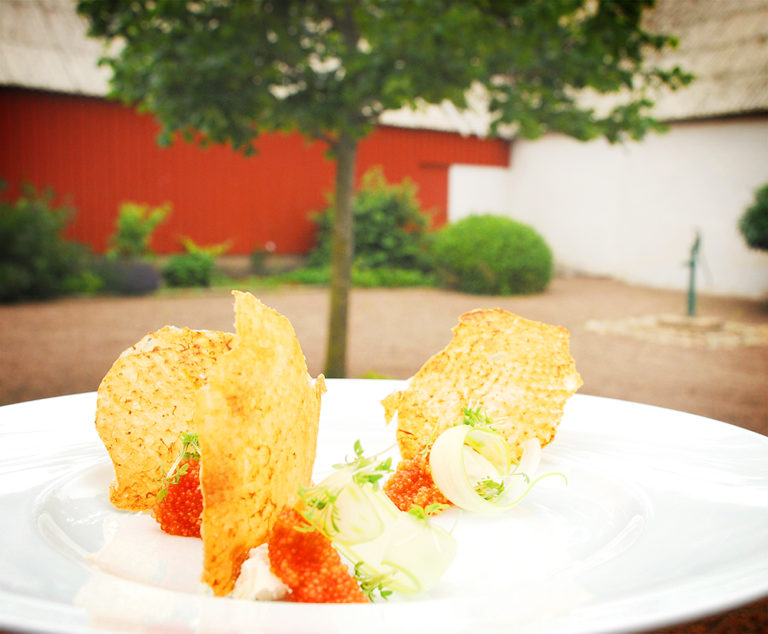 Read more about the article Stekt kycklingskinn med färskost, blekselleri och stenbitsrom