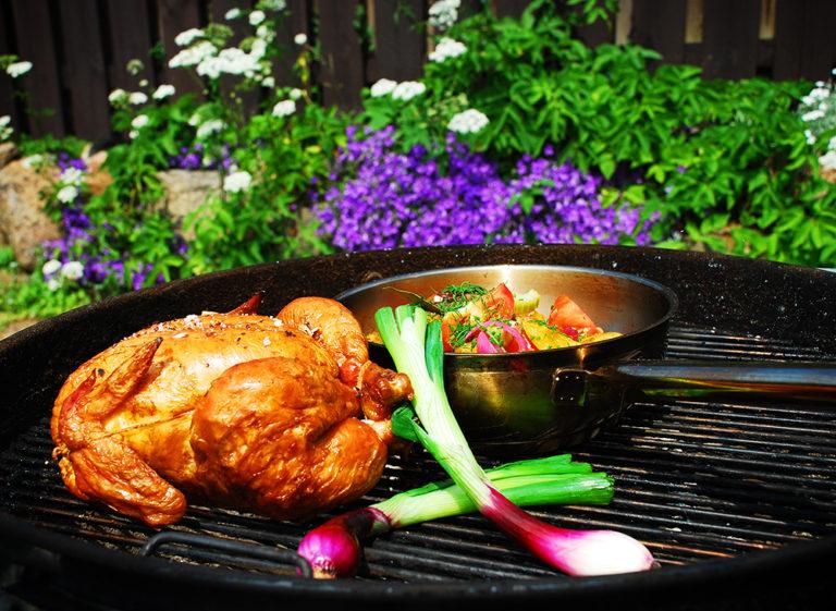 Grillad hel kyckling med ljummen potatissallad