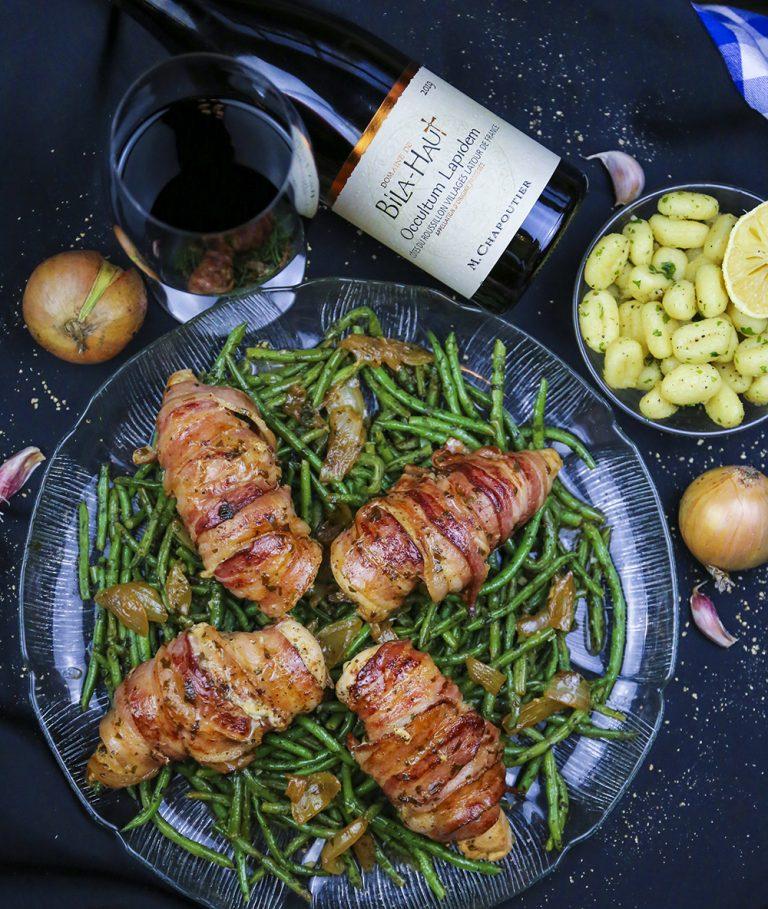 Baconlindat kycklingbröst, vitlöksfrästa haricots verts och smörstekta gnocchi