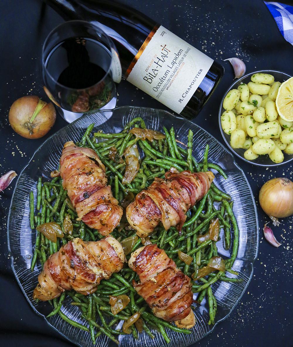 You are currently viewing Baconlindat kycklingbröst, vitlöksfrästa haricots verts och smörstekta gnocchi